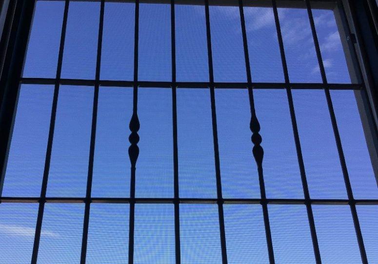 grata con dietro un cielo azzurro