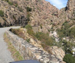 Tratto di strada corsa, stretta e a curve, a strapiombo sulle rocce