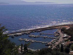 Il piccolo porto di Cargese dall'alto